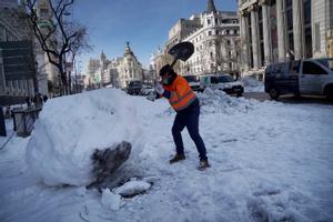 Recogida de nieve en el centro de Madrid, tras el temporal 'Filomena'.
