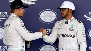 Rosberg (izquierda) felicita a Hamilton tras lograr el británico la 'pole' en México.