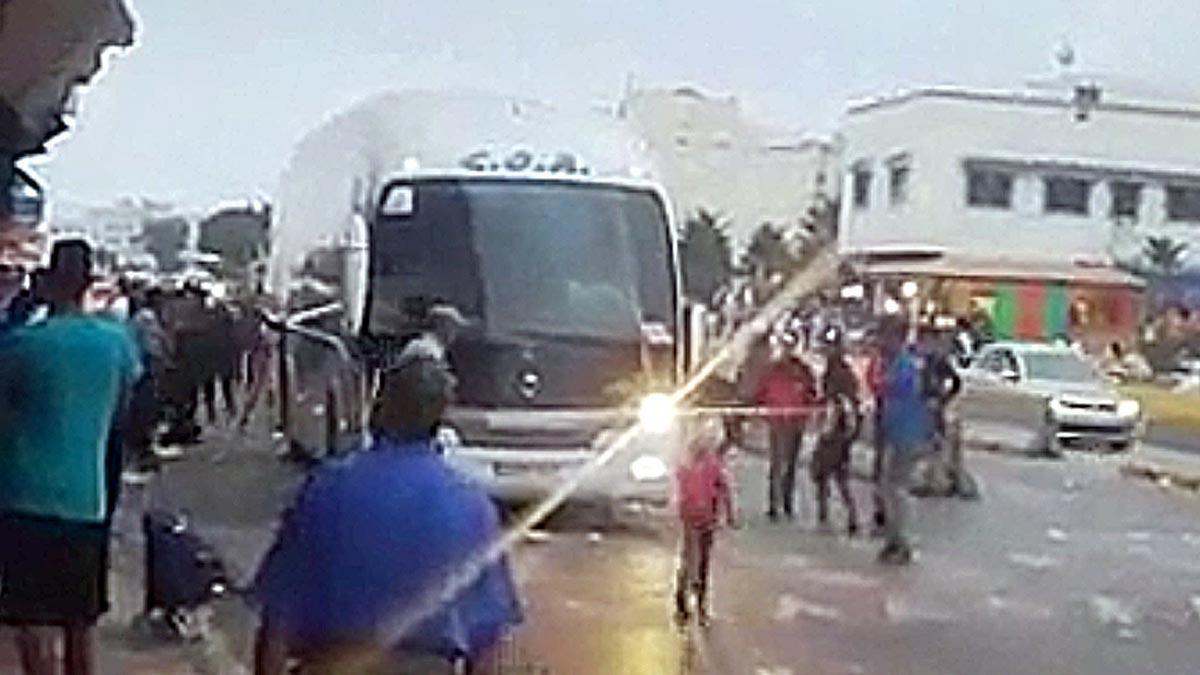 un nutrido grupo de menastrata de abordar un autobús en Nador (Mrruecos) el pasado 7 de octubre.
