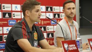 El seleccionador Robert Moreno (i) este viernes en rueda de prensa antes de jugar en Oslo ante Noruega.