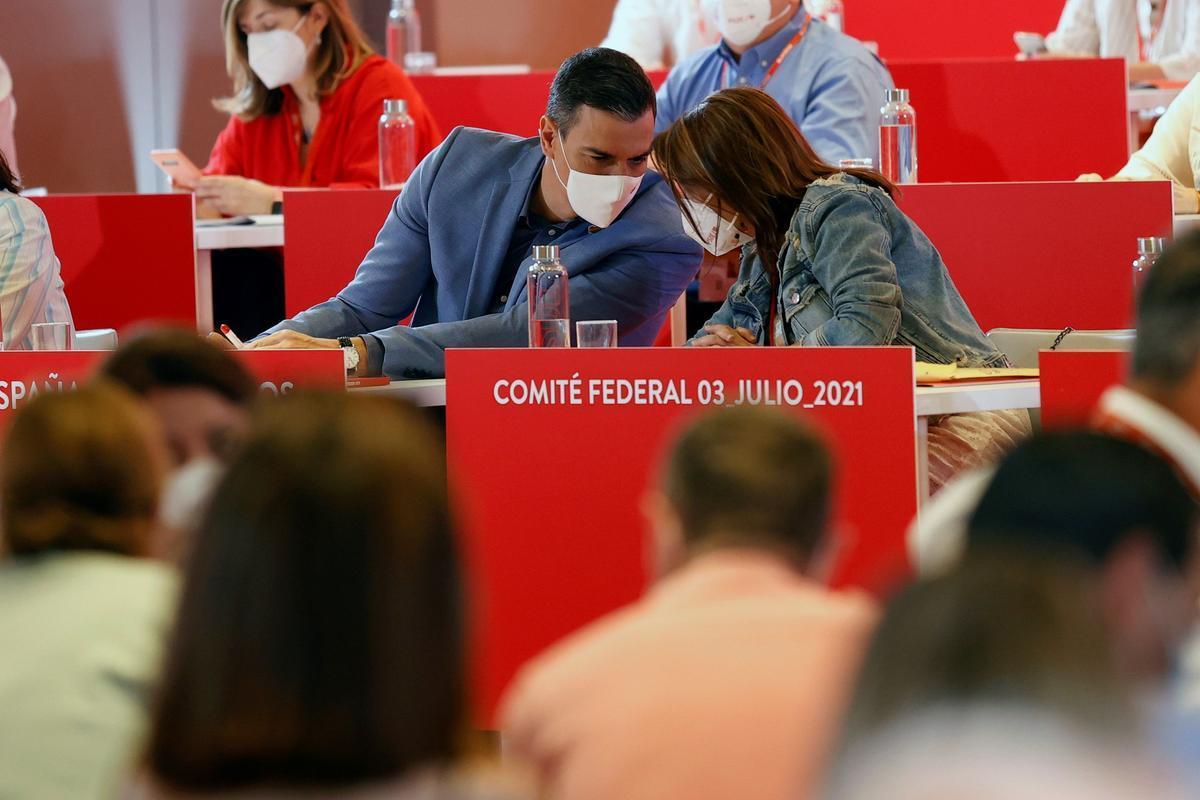 El presidente del Gobierno, Pedro Sánchez, conversa con la vicesecretaria general del PSOE, Adriana Lastra, durante el comité federal del pasado 3 de julio de 2021 en Madrid.