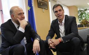 Pedro Sánchez y el también socialista Pierre Moscovici, eurocomisario de Asuntos Económicos, en la sede de la UE en Madrid.
