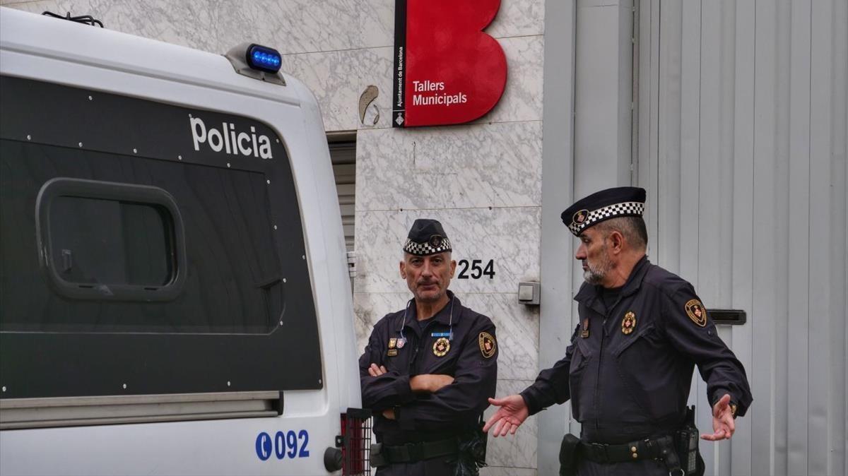 Agentes de la Guardia Urbana custodiando el almacén municipal.