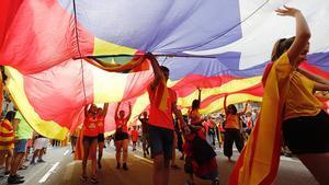 DIADA2018. Participantes en la manifestación de Barcelona, cubiertos por una 'estelada'.