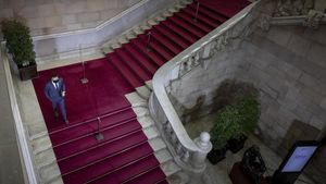 Pere Aragonès descendiendo por las escaleras del Parlament.