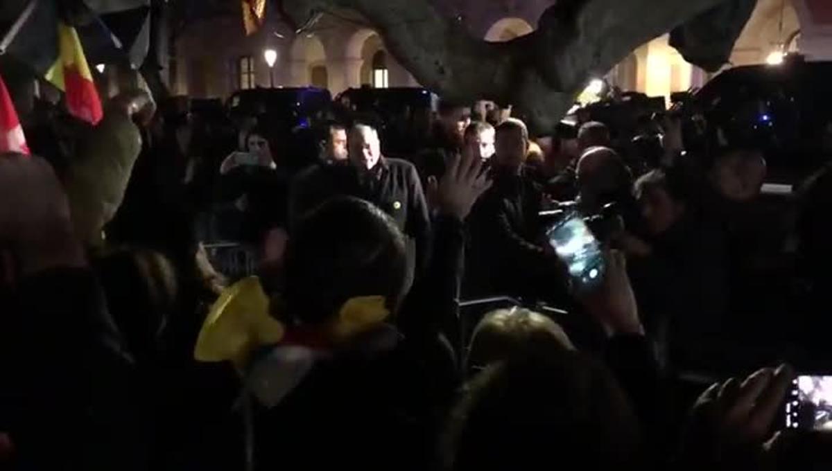 Torra saluda a los congregados ante el Parlament