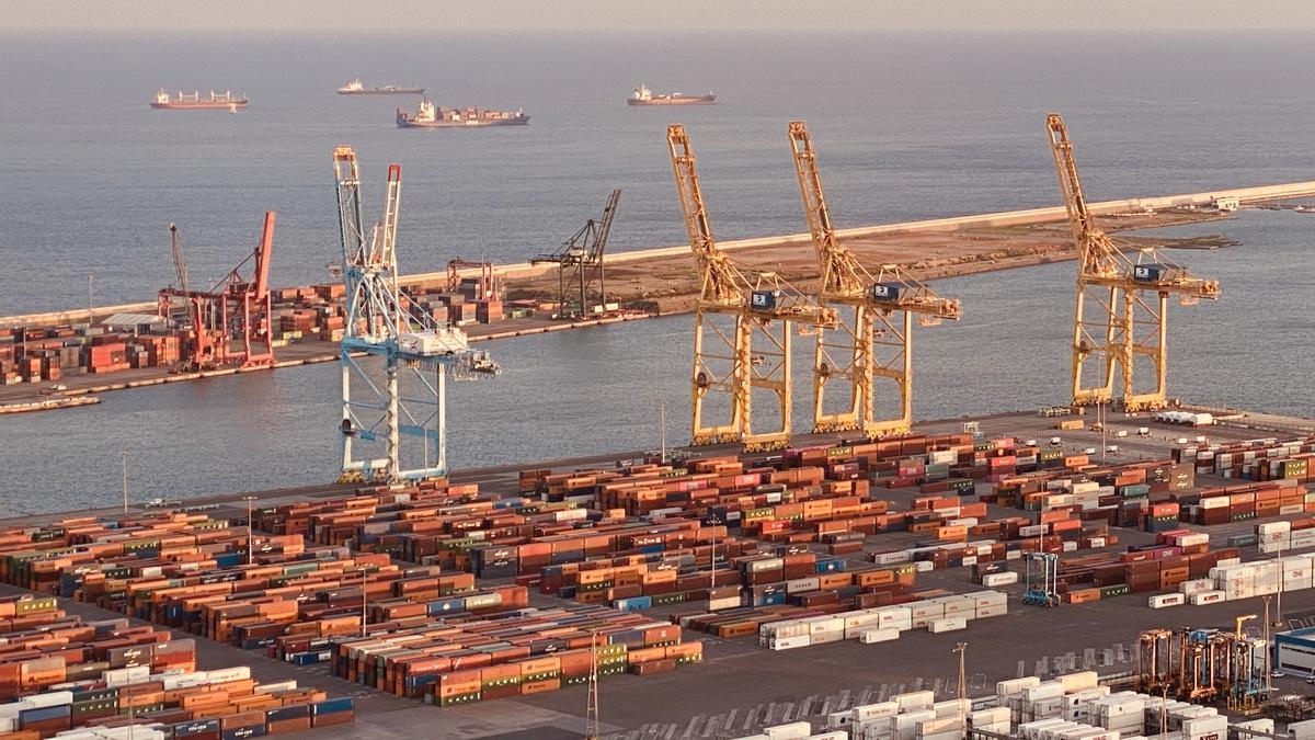 Contenedores y buques ante el puerto de Barcelona, este septiembre del 2021.