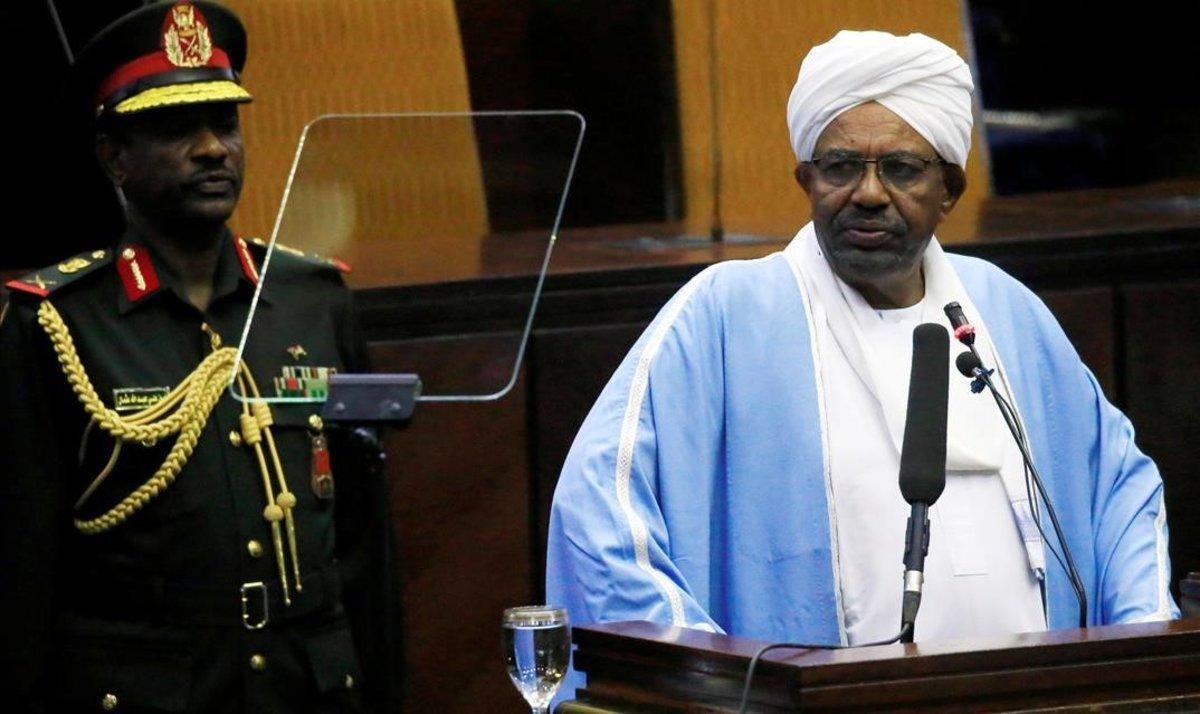 El presidente de Sudán, Omar al Bashir, habla en el Parlamento el pasado 1 de abril.