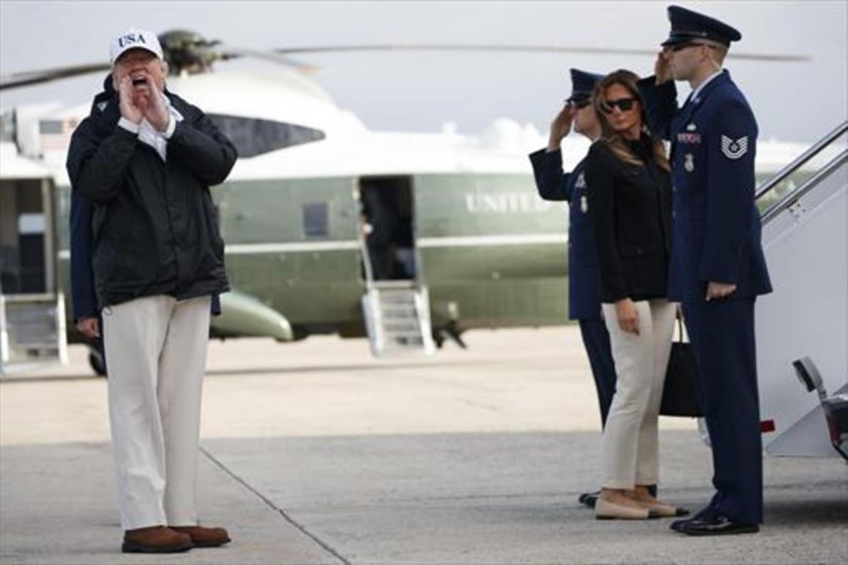 Donald Trump se dirige a los periodistas antes de subir al'Air Force One' con su esposa, Melania, en Florida, el septiembre pasado.