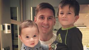 Leo Messi, con sus hijos, Mateo y Tiago, celebrando el Día del Padre.