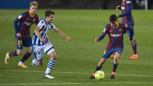 Pedri conduce el balón en el Camp Nou.
