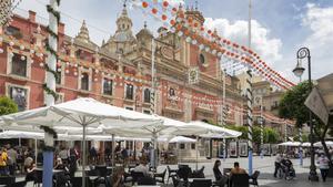 Plaza del Salvador de Sevilla, decorada con los farolillos tradicionales de la Feria de Abril, que ha sido suspendida por segundo año consecutivo por la pandemia, el pasado día 20.