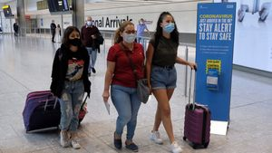 26 July 2020, England, London: Passengers on a flight from Madrid arrive at Heathrow Airport, following an announcement on Saturday that holidaymakers who had not returned from Spain and its islands by midnight would be forced to quarantine for 14 days. Photo: Andrew Matthews/PA Wire/dpa