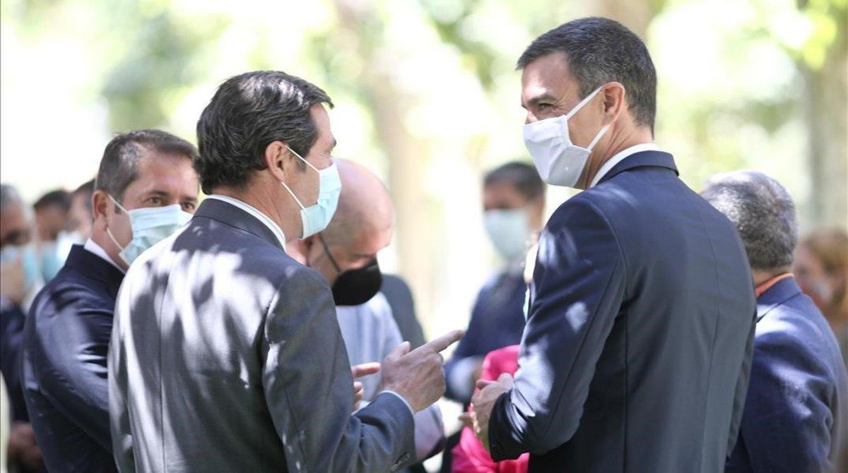 El presidente de CEOE, Antonio Garamendi, conversa con Pedro Sánchez, en los jardines de La Moncloa el pasado 3 dejulio.