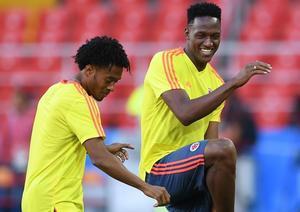 Yerry MIna bailando con su compañero de selección Cuadrado
