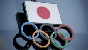 Los anillos olímpicos junto a la bandera de Japón en el museo olímpico de Tokio