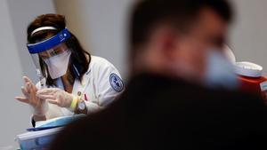 Una sanitaria prepara una dosis de la vacuna de Janssen en Chicago, el pasado 6 de abril.