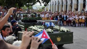 El cortejo con los restos de Fidel Castro, a su paso por la ciudad de Matanzas.