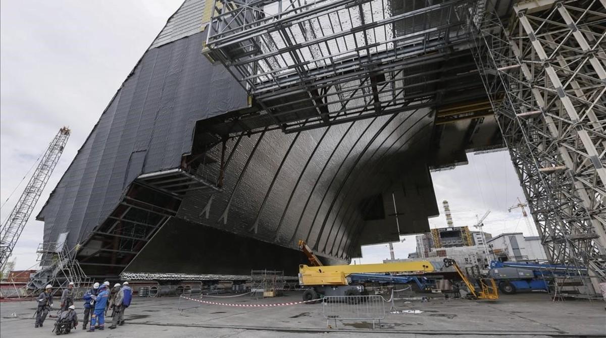 Vista de la planta nuclear de Chernóbil desde la nueva cubierta protectora que se construye, el 16 de abril del 2016.