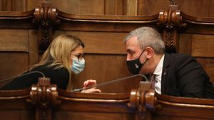 Elsa Artadi y Jaume Collboni conversan durante el pleno municipal.