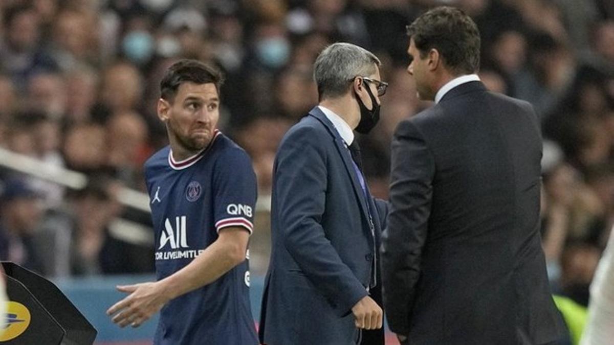 Messi realiza un gesto de incomprensión hacia Pochettino tras ser sustituido.