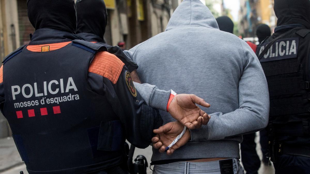 Los Mossos d'Esquadra custodian a un detenido en una imagen de archivo de octubre de 2018.