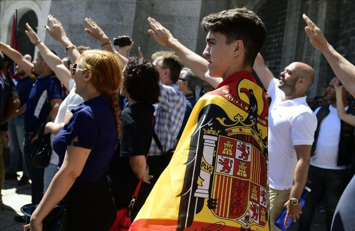 Manifestantes hacen el saludo fascista en un desfile de Madrid.