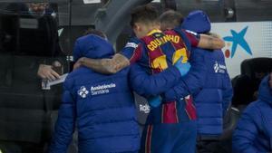 Coutinho abandona cojeando el Camp Nou tras sufrir una lesión en la rodilla izquierda.