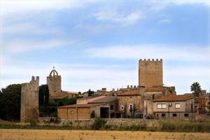 Vista de Peratallada, dominada pel castell.