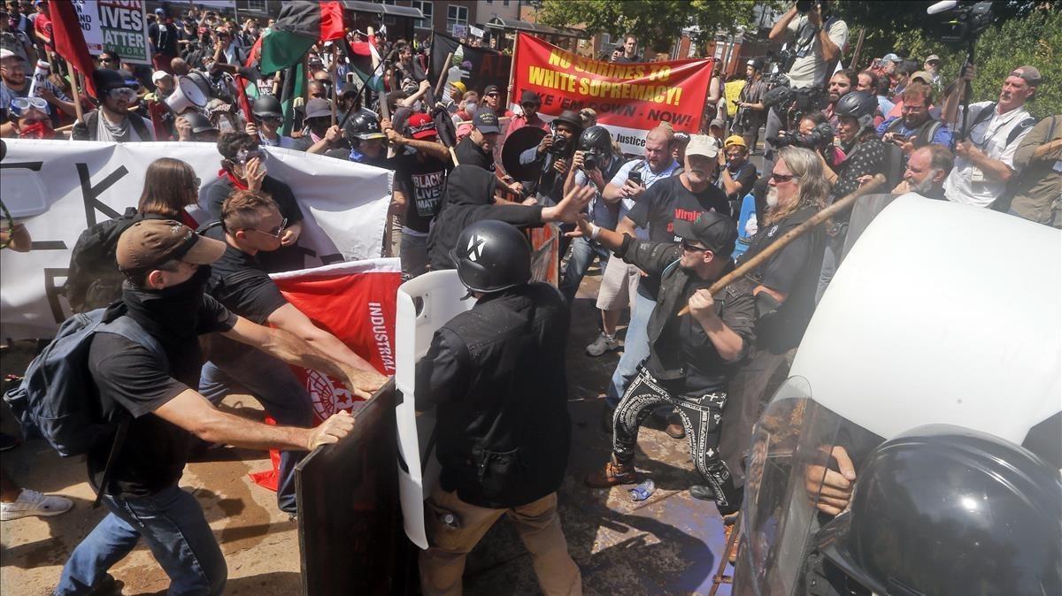 Enfrentamientos entre extremistas blancos e izquierdistas enCharlottesville, Virginia.