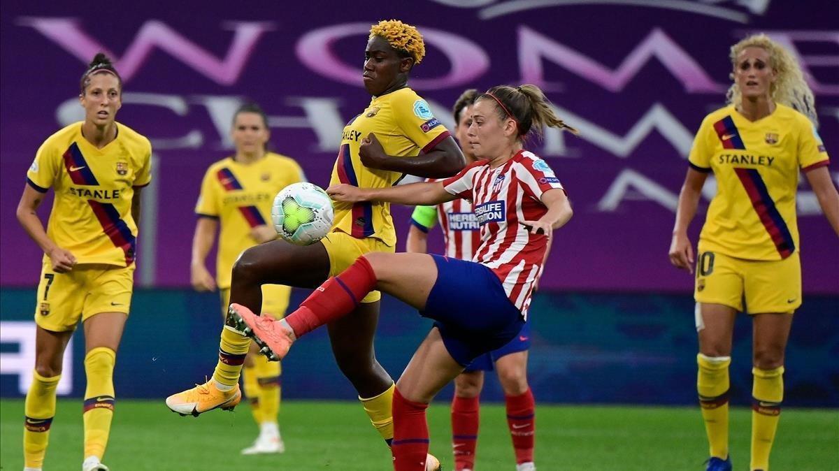Oshoala (Barça) y Menayo (Atlético) disputando un balón /AFP