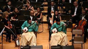 Los hermanos Yoshida tocan el shamisen en el bis que ofrecieron tras actuar conla OBC, en Tokio, este miércoles.
