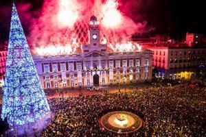 La Puerta del Sl se queda sin la tradicional celebración de las campanadas. En la foto, bienvenida al año 2017 en la Puerta del Sol de Madrid.