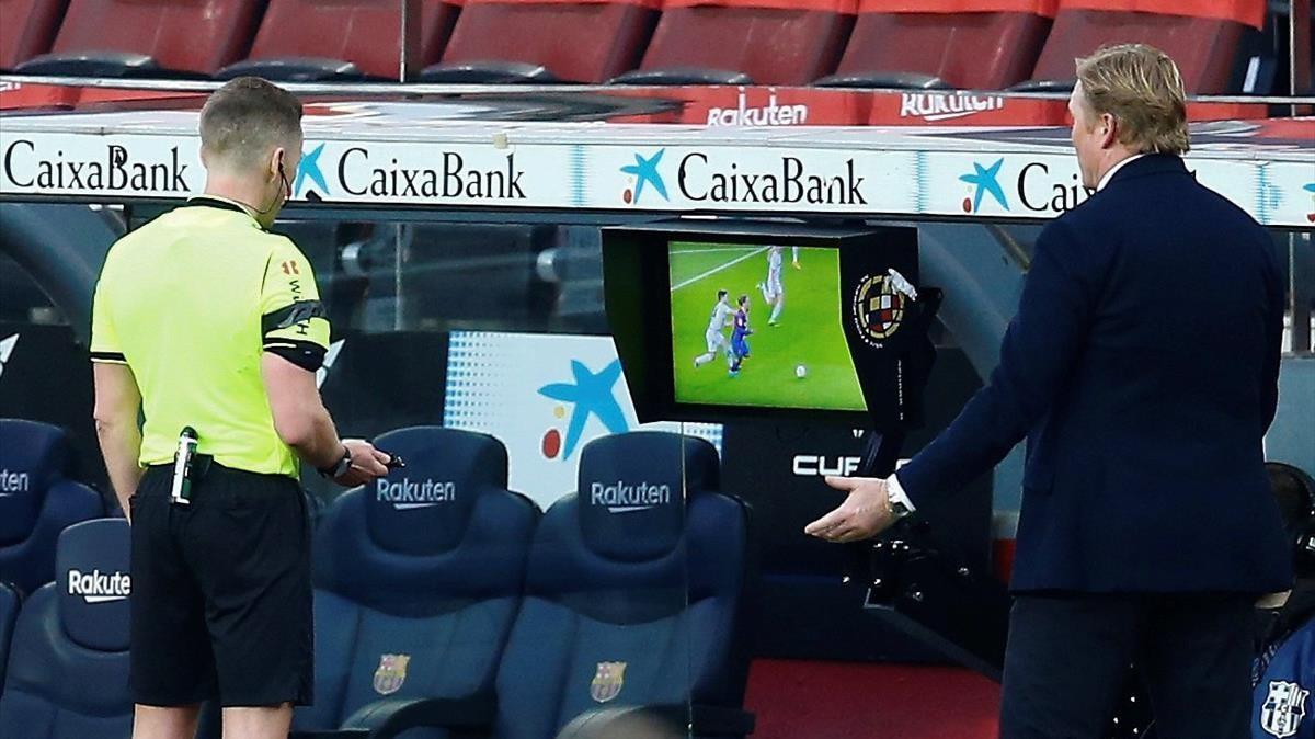 Ronald Koeman y el árbitro Javier Hernandez, durante el partido contra el Valencia.