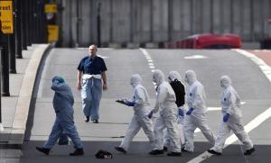 Forenses investigando en el Puente de Londres.