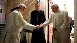El papa Francisco saluda al Pontífice emérito Benedicto XVI en el monasterio Mater Ecclesiae, en diciembre del 2013.