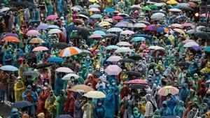 Tailandia censura la cobertura de las protestas prodemocracia de cuatro medios. En la foto, los manifestantes recorren las calles de Bangkok, este domingo 18 de octubre.