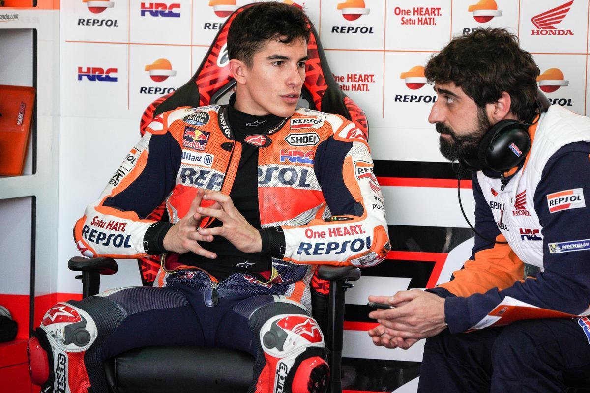 El ingeniero Santi Hernández, a la derecha, conversa con Marc Márquez (Honda).