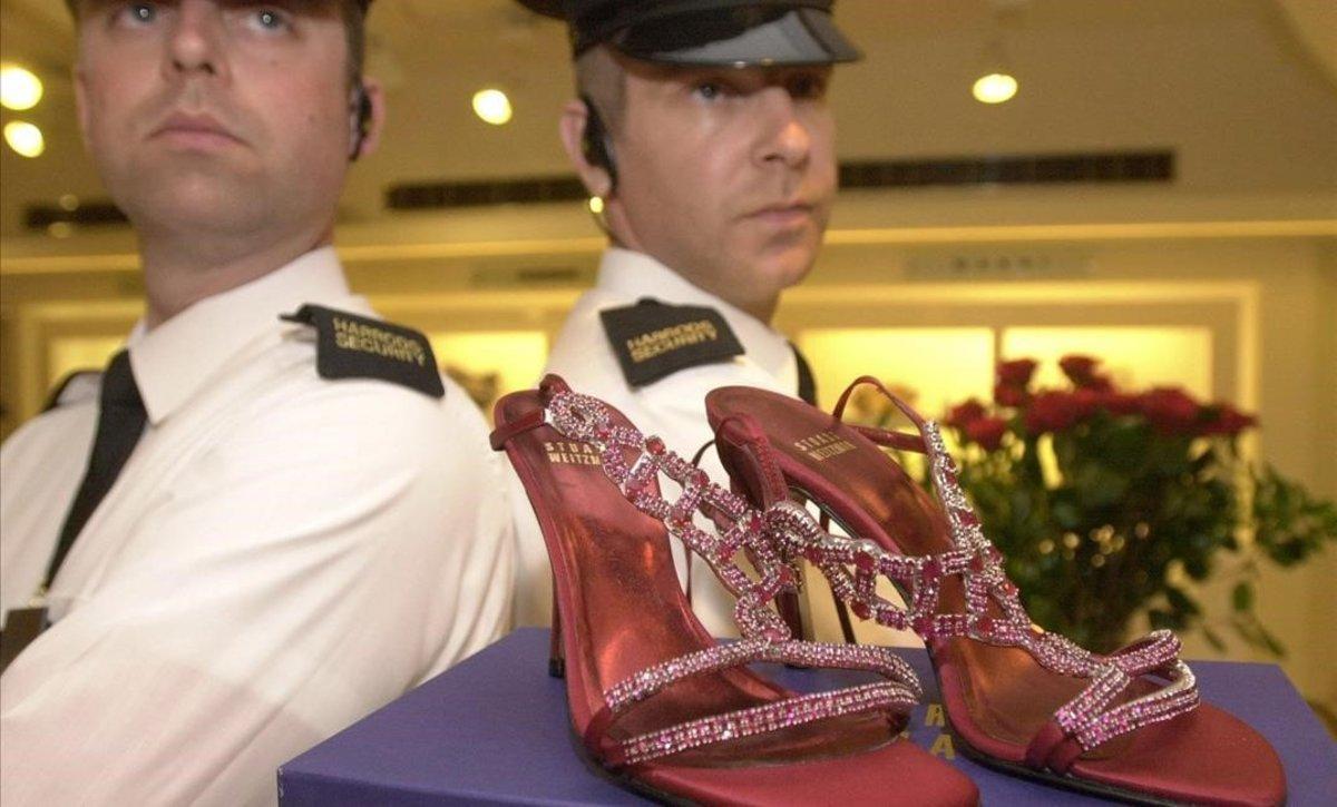 Guardias de seguridad custodian unos zapatos con rubís y platino valorados en 1,47 millones de euros, en Harrods.
