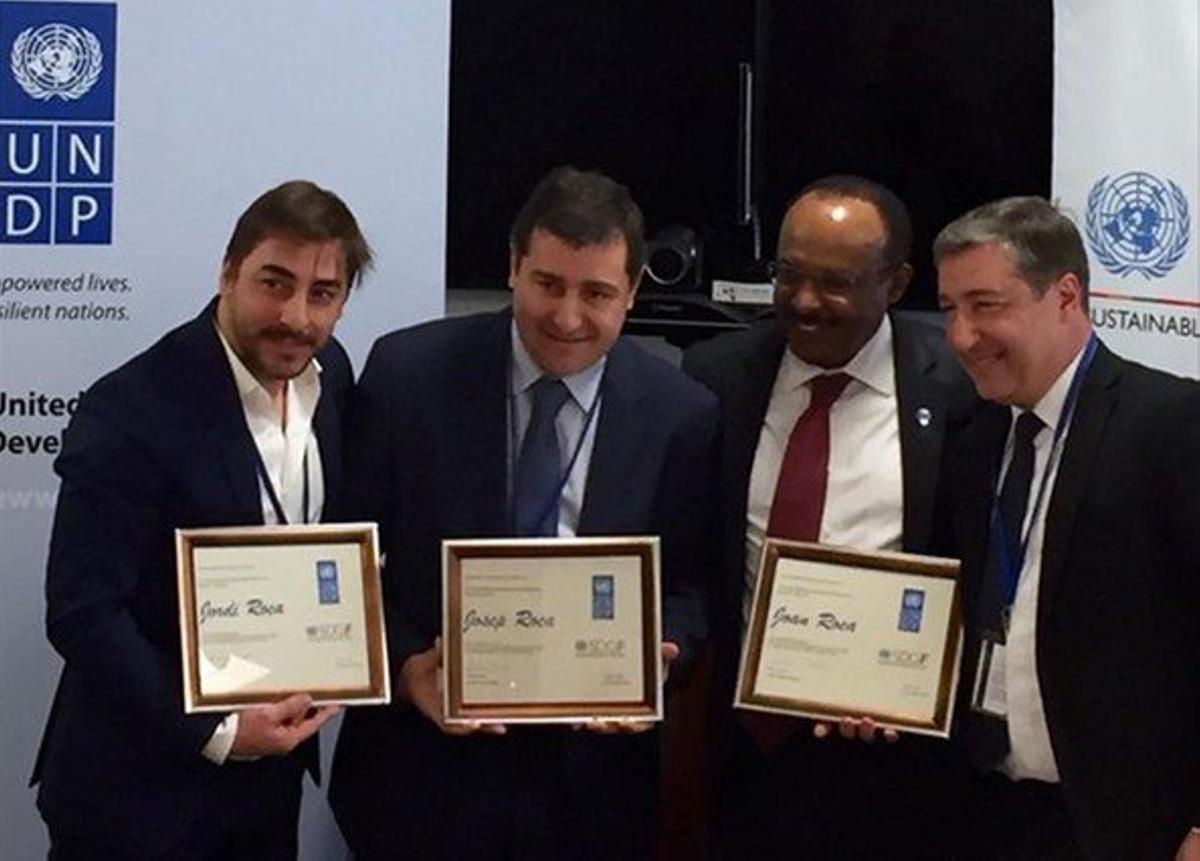Los hermanos Jordi, Josep y Joan Roca reciben el diploma que les acreditacomo Embajadores de Buena Voluntad del Programa de Naciones Unidas para el Desarrollo(PNUD) de manos del administrador asociado del PNUD,Tegenework Gettu.