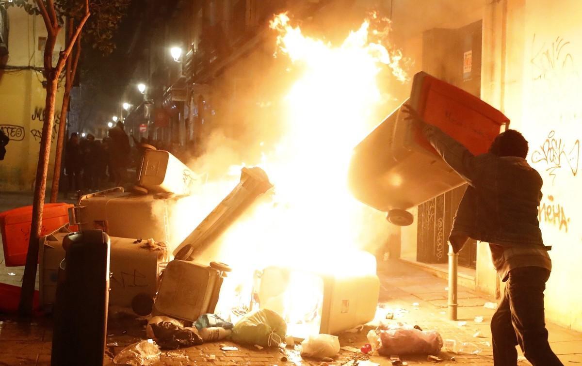 Disturbios en el barrio madrileño de Lavapiés tras la muerte de un mantero.