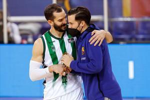 Heurtel se saluda con el exazulgrana Ribas, en el reciente Barça-Penya de Liga