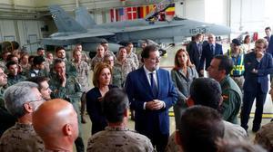 Rajoy y Cospedal con tropas españolas en la base de Amani.