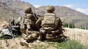 Soldados estadounidenses durante una visita del comandante de las fuerzas estadounidenses y de la OTAN en Afganistán en el puesto de control del Ejército Nacional Afgano (ANA) en el distrito de Nerkh de la provincia de Wardak