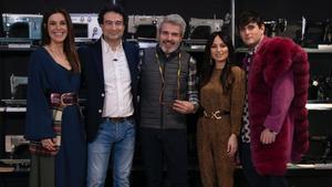 Pepe Rodríguez junto a Raquel Sánchez Silva y el jurado de 'Maestros de la costura'.