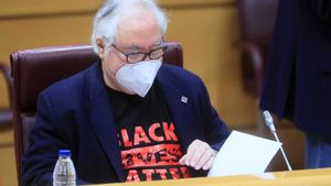 Castells vuelve al Senado con una camiseta reivindicativa: 'Black Lives Matter'.
