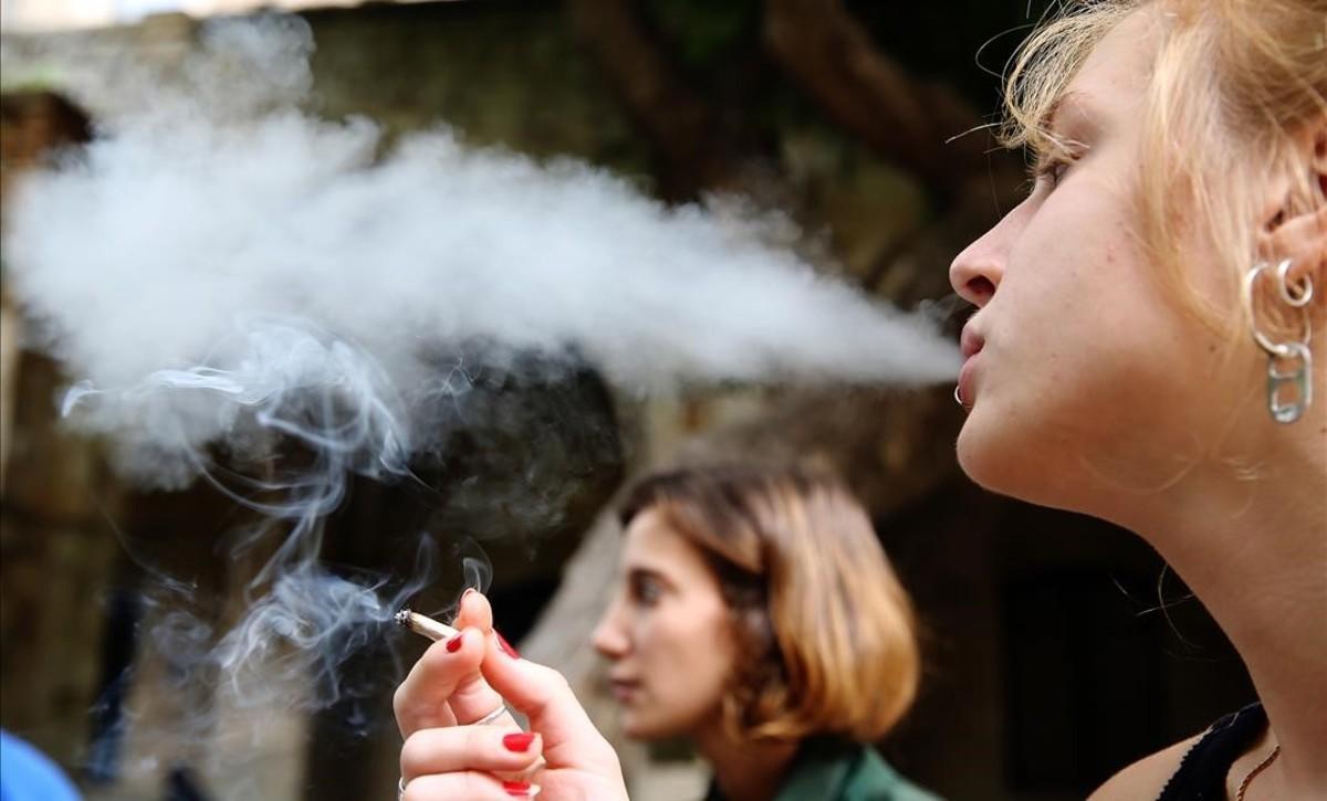 Una joven fuma tabaco de liar.