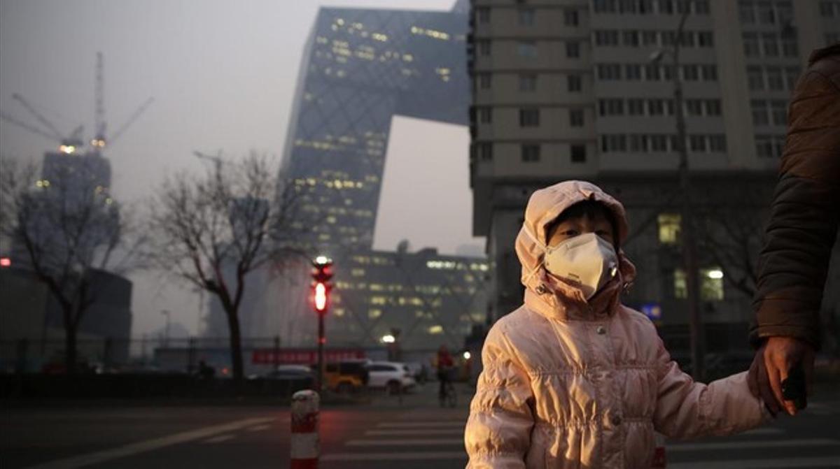 Una niña con una máscara protectora para la contaminación en Pekín, en una imagen de archivo.