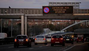 Carteles informativos en la M-30 sobre las restricciones de tráfico en Madrid debido a la contaminación, en un imagen de diciembre.