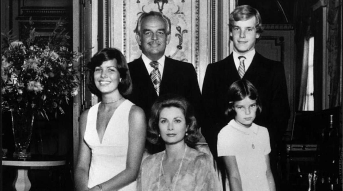 El príncipeRainiero III, su esposa Grace y sus dos hijos, Alberto y Carolina, en Mónaco el 9 de agosto de 1974.